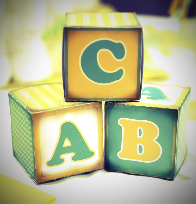 Letra do alfabeto escrito em cubos de um sch elementar velho fotografia de stock royalty free