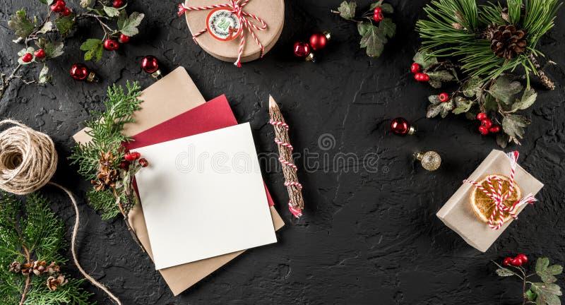 Letra do Natal para Santa no fundo escuro com lápis, ramos do abeto, cones do pinho Tema do Xmas e do ano novo feliz, fotos de stock