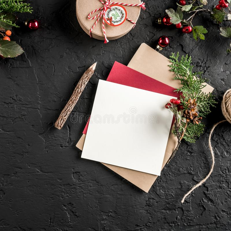 Letra do Natal para Santa no fundo escuro com lápis, ramos do abeto, cones do pinho Tema do Xmas e do ano novo feliz, bokeh, spar fotografia de stock