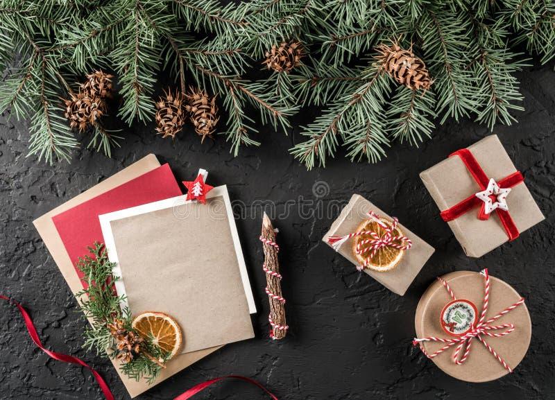 Letra do Natal para Santa no fundo escuro com presentes, ramos do abeto, cones do pinho Tema do Xmas e do ano novo feliz imagens de stock royalty free