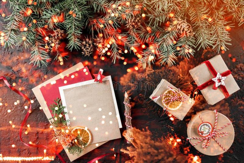 Letra do Natal para Santa no fundo escuro com presentes, ramos do abeto, cones do pinho Tema do Xmas e do ano novo feliz, bokeh,  fotos de stock royalty free