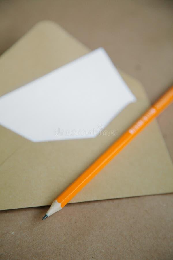 Letra e lápis vazios Fundo do vintage de Brown foto de stock