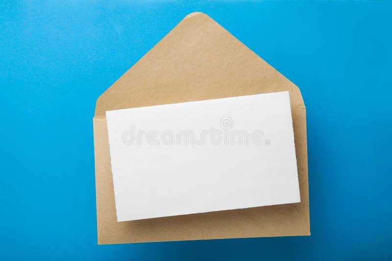 Letra en blanco en un sobre en un fondo azul Maqueta imágenes de archivo libres de regalías