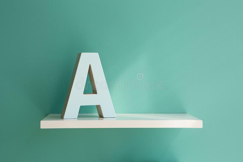 Letra A en un estante blanco fotos de archivo