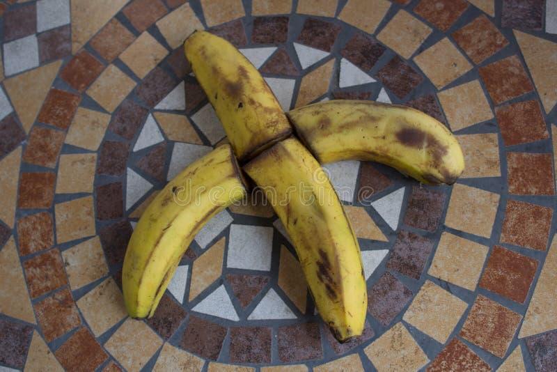 Letra X hecho con los plátanos para formar una letra del alfabeto con las frutas fotos de archivo