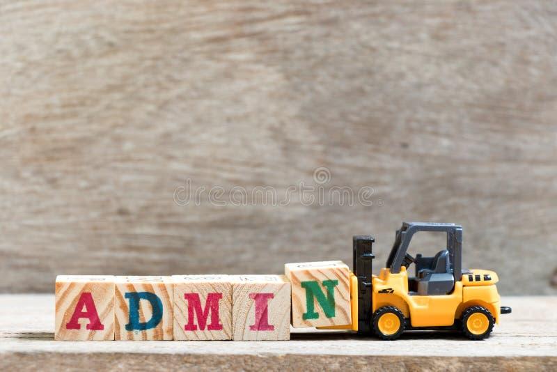 Letra N del control de la carretilla elevadora del juguete en la palabra admin en el fondo de madera imagen de archivo libre de regalías