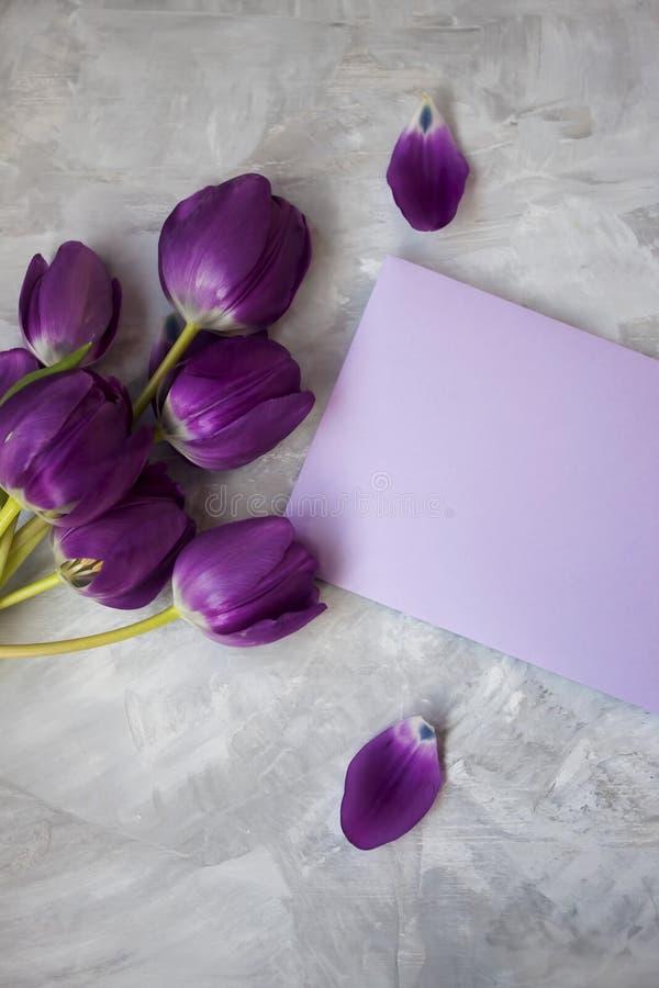 Letra púrpura con un ramo precioso de tulipanes imagen de archivo