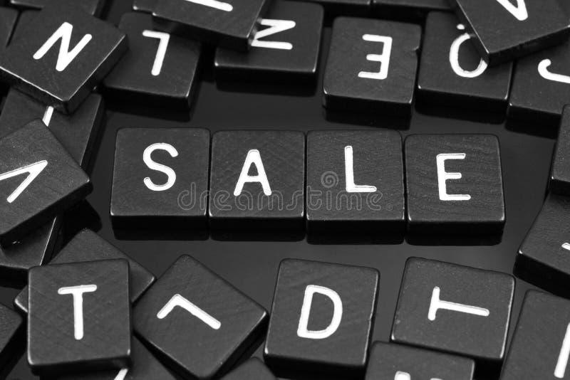A letra preta telha a soletração da palavra & do x22; sale& x22; fotos de stock royalty free