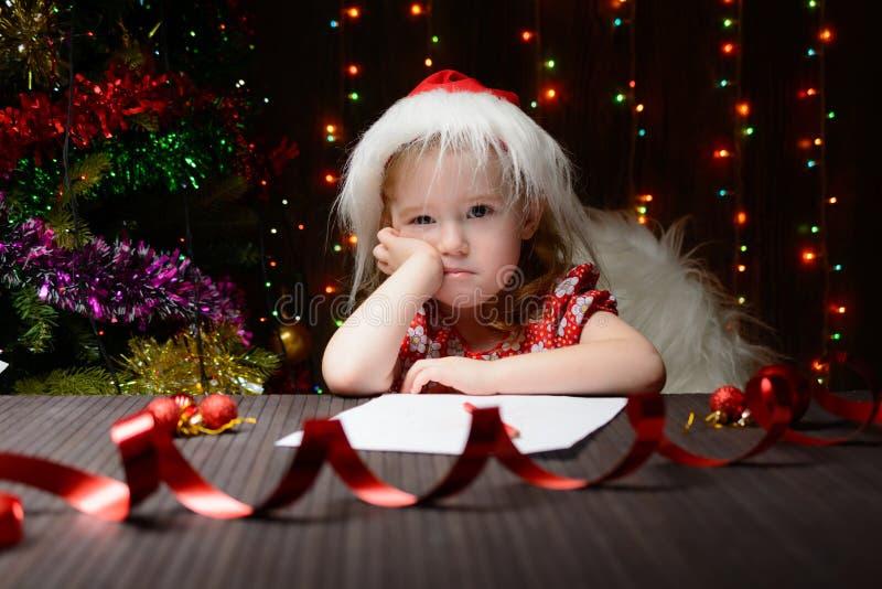 Letra reflexionada muchacha a Santa Claus fotografía de archivo