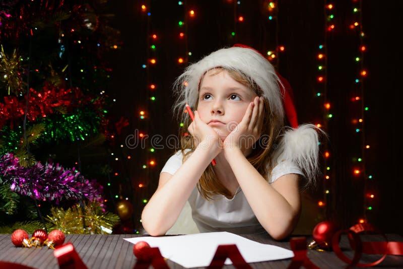 Letra reflexionada muchacha a Santa Claus imagen de archivo
