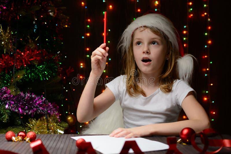 Letra reflexionada muchacha a Santa Claus fotografía de archivo libre de regalías