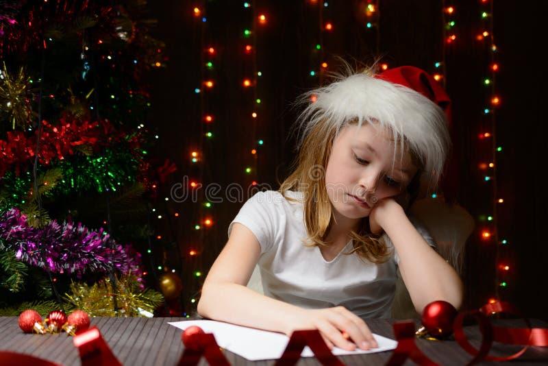 Letra reflexionada muchacha a Santa Claus fotos de archivo