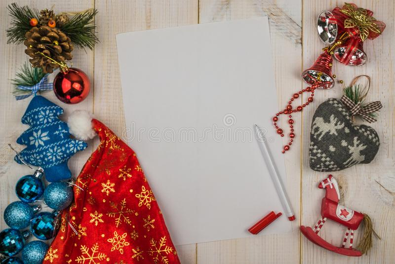 Letra a Santa Claus, juguetes de la Navidad, pluma en fondo blanco de madera imágenes de archivo libres de regalías