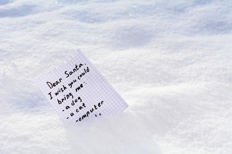 Letra a Santa uma lista de objetivos pretendidos na neve imagem de stock