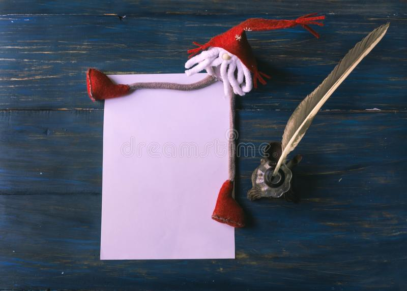Letra vazia do Natal com um diabrete, uma pena e um tinteiro fotos de stock
