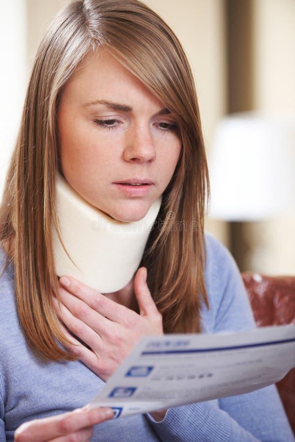 Letra vestindo da leitura da cinta de pescoço da jovem mulher imagens de stock