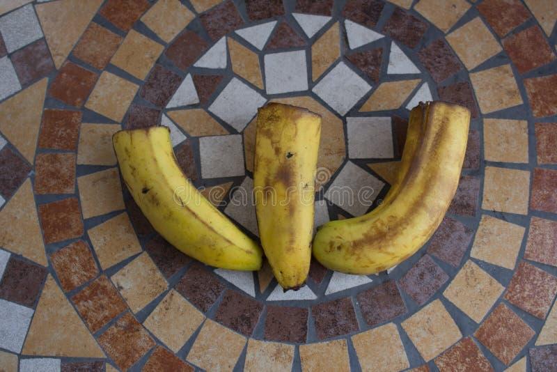 Letra W hecho con los plátanos para formar una letra del alfabeto con las frutas foto de archivo libre de regalías