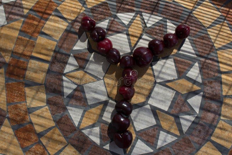 Letra Y hecha con los cherrys para formar una letra del alfabeto con las frutas imagenes de archivo