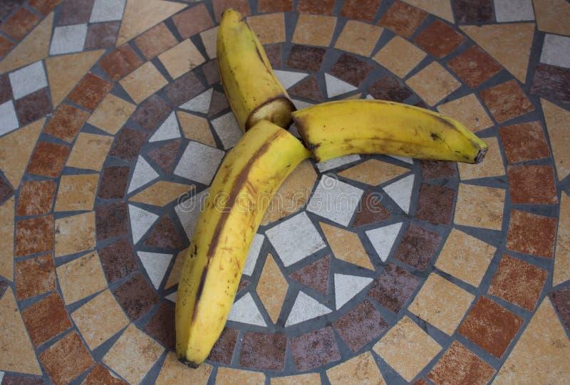 Letra Y hecha con los plátanos para formar una letra del alfabeto con las frutas foto de archivo