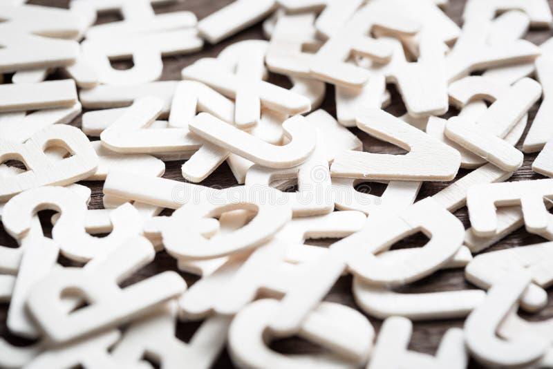 Letras brancas dispersadas foto de stock