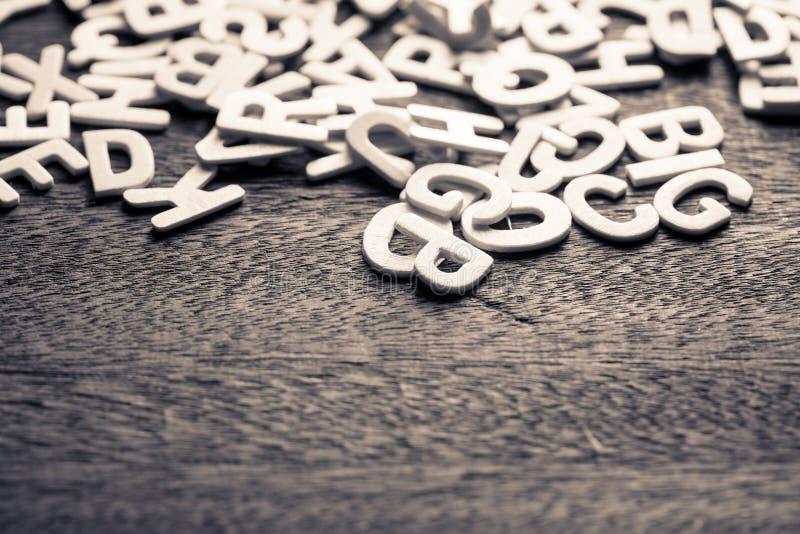 Letras brancas dispersadas imagens de stock