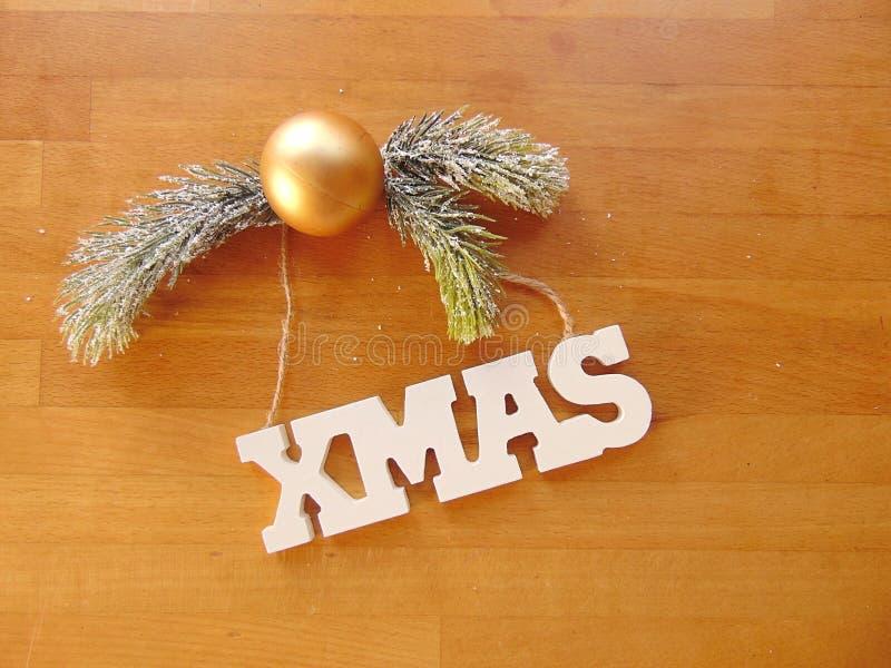 Letras brancas do Xmas com a decoração do Natal na madeira fotografia de stock