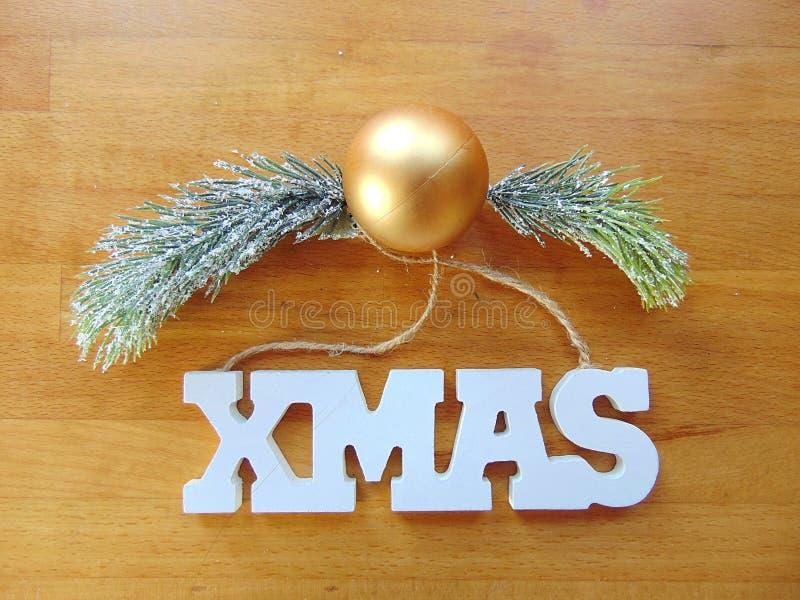 Letras brancas do Xmas com a decoração do Natal na madeira foto de stock