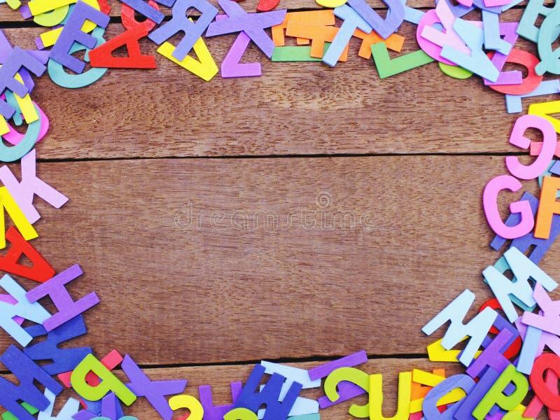 Letras coloridas do alfabeto no conceito de madeira do fundo fotos de stock