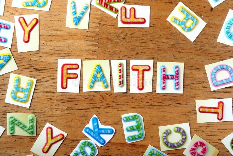 Letras coloridas soletradas como a fé fotografia de stock