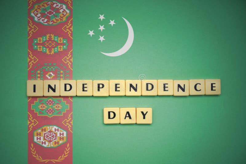 Letras con Día de la Independencia del texto en la bandera nacional de Turkmenistán fotos de archivo libres de regalías