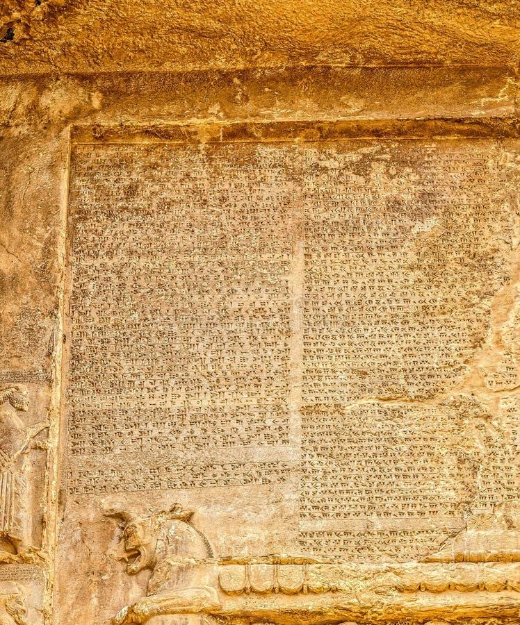 Letras cuneiformes de Naqsh-e Rustam imagens de stock royalty free