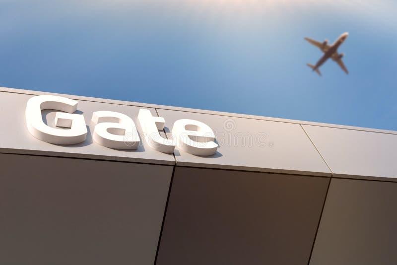 Letras da porta do aeroporto - maneira à partida Avião borrado no céu azul Conceito da fotografia do curso fotografia de stock royalty free