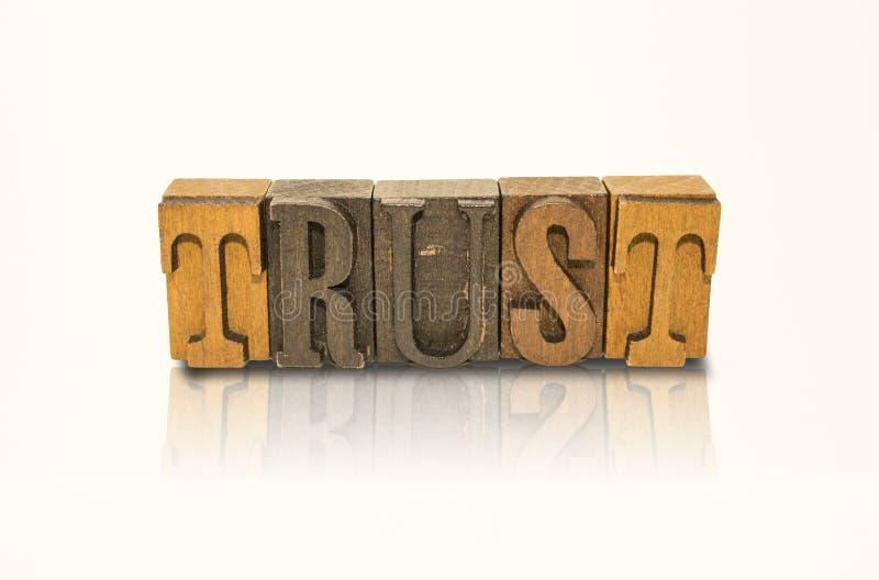 Letras de bloco da palavra da confiança - fundo branco isolado fotografia de stock royalty free