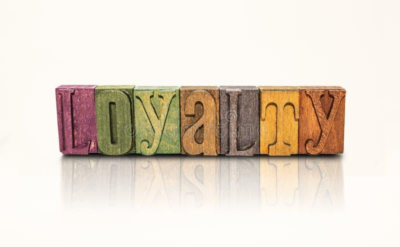 Letras de bloco da palavra da lealdade - fundo branco isolado fotografia de stock royalty free