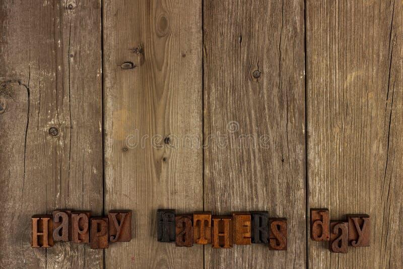 Letras de dia felizes dos pais na madeira rústica fotografia de stock royalty free