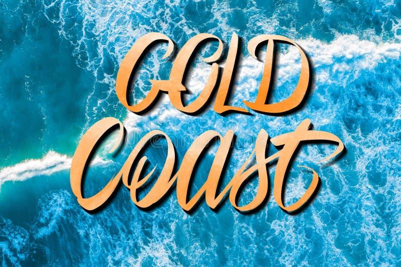Letras de Gold Coast sobre ondas machacantes azules vivas fotos de archivo libres de regalías