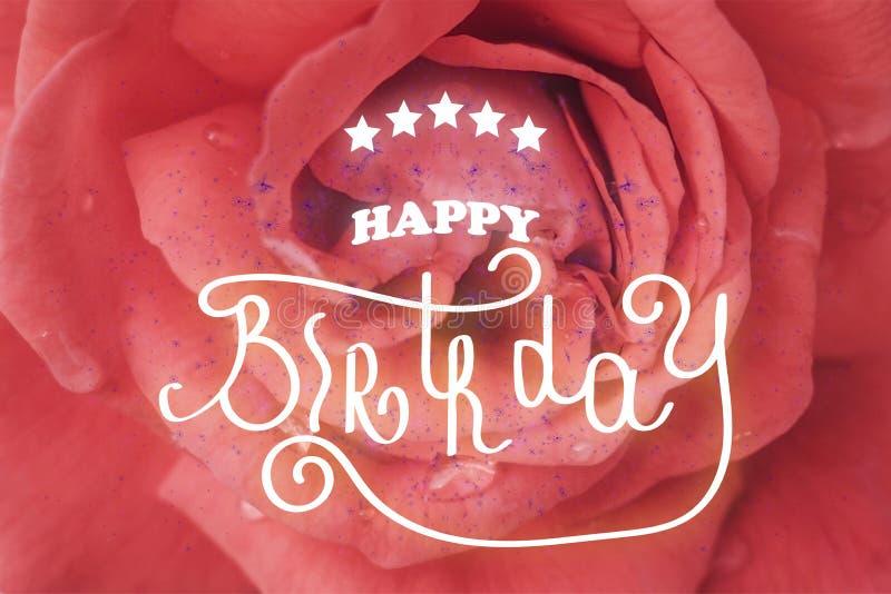 Letras de la mano del FELIZ CUMPLEAÑOS Un de la flor cierre color de rosa para arriba foto de archivo libre de regalías