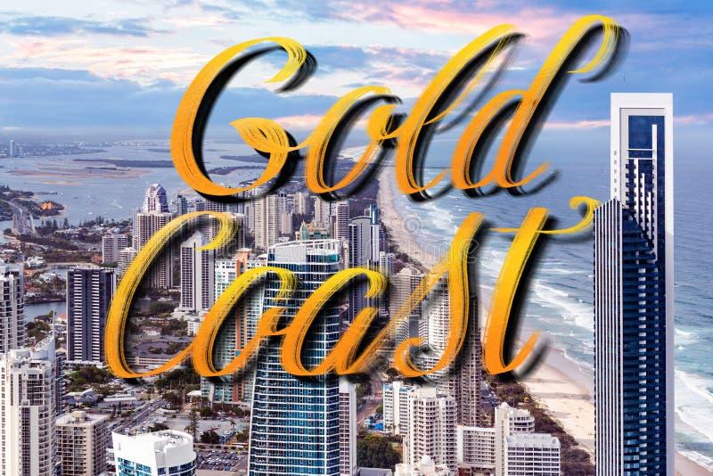 Letras de la mano de Gold Coast sobre los rascacielos derechos al lado de la playa del océano - personas que practica surf Paradi fotografía de archivo libre de regalías