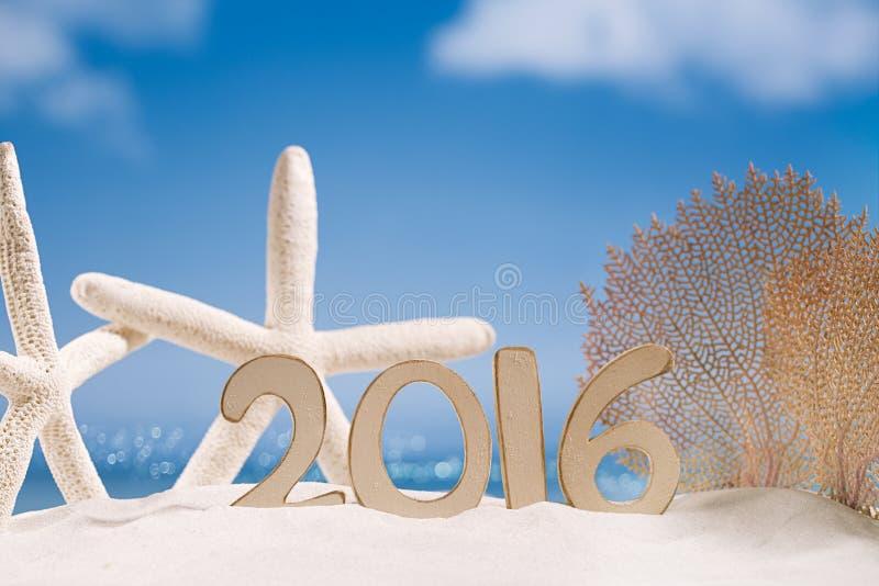 2016 letras de los números con las estrellas de mar, el océano, la playa y el paisaje marino imágenes de archivo libres de regalías