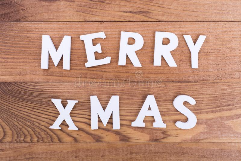 Letras de madeira brancas do Feliz Natal fotografia de stock royalty free