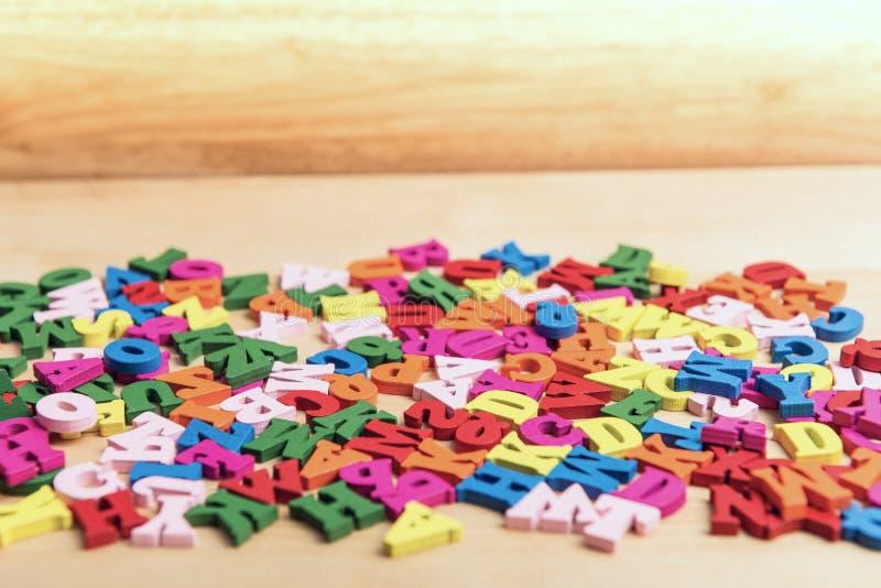 Letras de madeira do bloco colorido inglês do alfabeto do ABC Conceito da instru??o imagens de stock royalty free