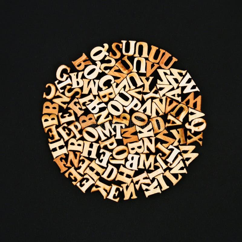 Letras de madeira sob a forma de um círculo, coração, maçã em um quadro O conceito da leitura, conhecimento, estudo fotos de stock