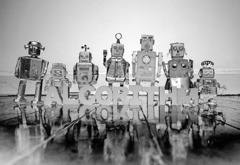 Letras de madera del ALGORITMO y juguetes retros del robot foto de archivo libre de regalías
