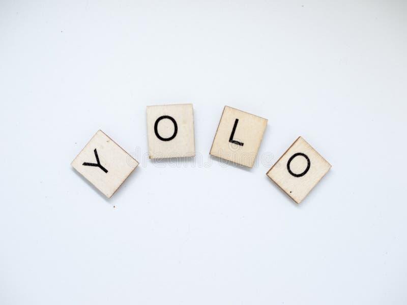 Letras de madera de YOLO foto de archivo