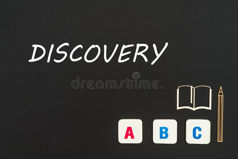 Letras del ABC y miniatura del conglomerado en la pizarra con descubrimiento del texto imagen de archivo