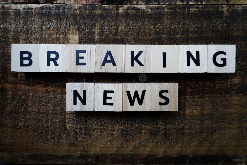 Letras del alfabeto Breaking News sobre fondo de madera fotos de archivo