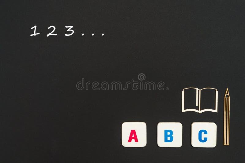 Letras do ABC e miniatura do cartão no quadro-negro com números 123 imagem de stock royalty free