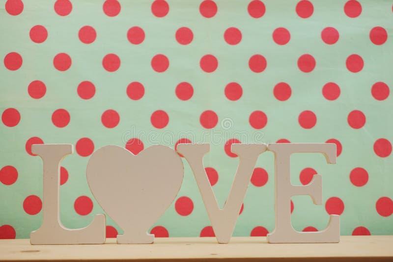 Letras do alfabeto do AMOR do conceito do dia de Valentim com cópia do espaço no fundo de madeira imagens de stock royalty free