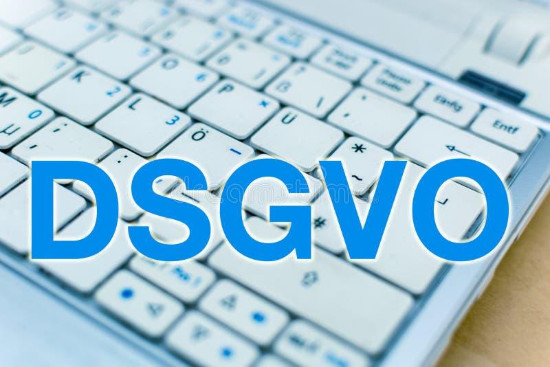 Letras DSGVO delante del teclado del ordenador portátil, alemán: Datenschutzgrundverordnung imagenes de archivo
