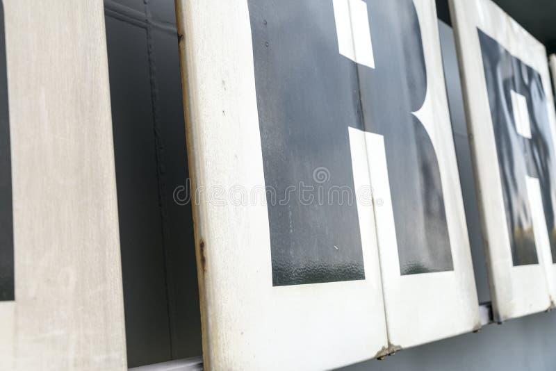 Letras em um protetor velho do metal imagem de stock